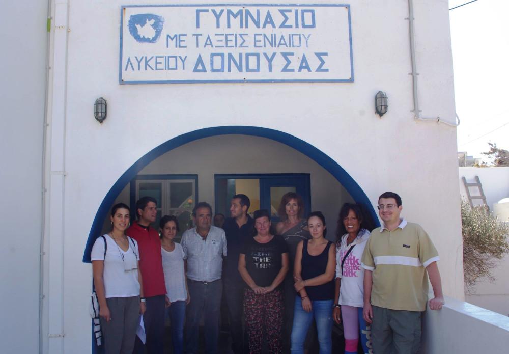 Το εκπαιδευτικό προσωπικό, καθώς και εκπρόσωποι του Ομίλου ΕΛΛΛΗΝΙΚΑ ΠΕΤΡΕΛΑΙΑ και της «ΑΓΟΝΗΣ ΓΡΑΜΜΗΣ ΓΟΝΙΜΗΣ» στην είσοδο του σχολείου.