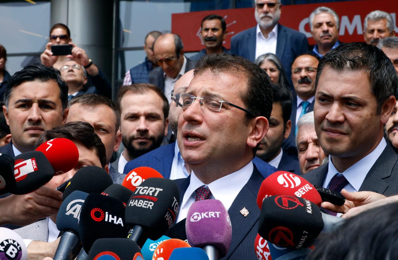Ο Εκρέμ Ιμάμογλου μιλά στους δημοσιογράφους μετά την ακύρωση του αποτελέσματος των εκλογών στην Κωνσταντινούπολη