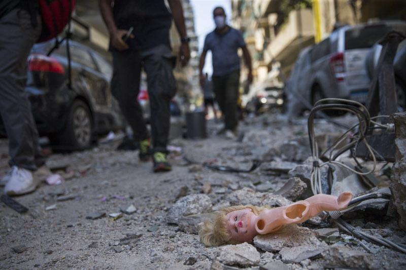 Μια κούκλα σπασμένη στον δρόμο