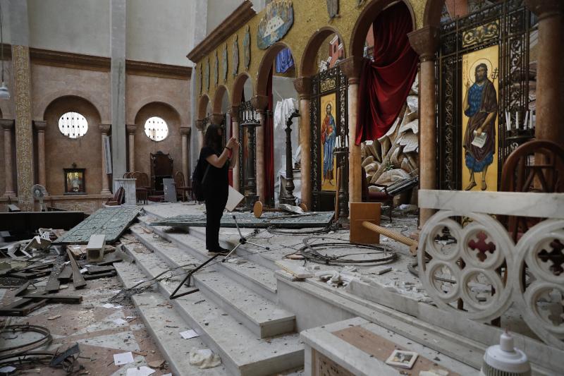 Εκκλησία κατεστραμμένη μέσα στα συντρίμμια