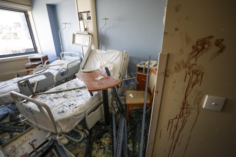 Δωμάτιο νοσοκομείου γεμάτο συντρίμμια και αίμα