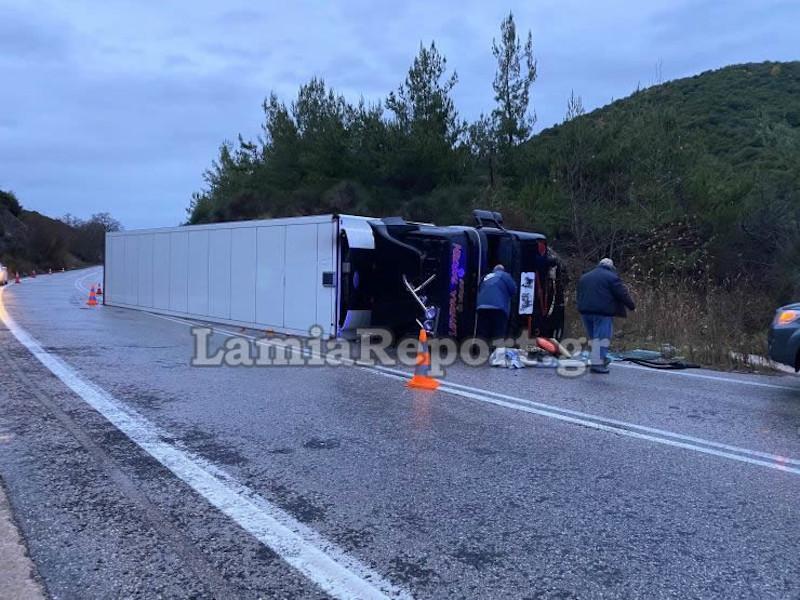 Βράχος προκάλεσε εκτροπή νταλίκας στη Λαμία -Δεν τραυματίστηκε ο οδηγός [εικόνες]