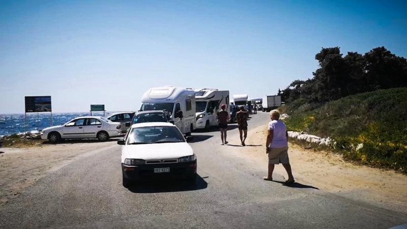 Ουρές από ΙΧ και τροχόσπιτα στο λιμάνι της Ελαφονήσου