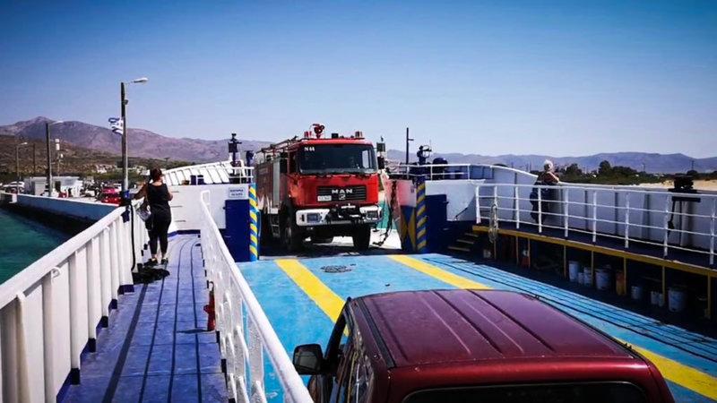 Πυροσβεστικό όχημα επιβιβάζεται στο φέρι για Ελαφόνησο