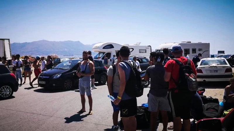 Ουρές στο λιμάνι της Ελαφονήσου από τουρίστες που συνωστίζονται για να φύγουν λόγω της πυρκαγιάς -EUROKINISSI/ΣΥΝΕΡΓΑΤΗΣ