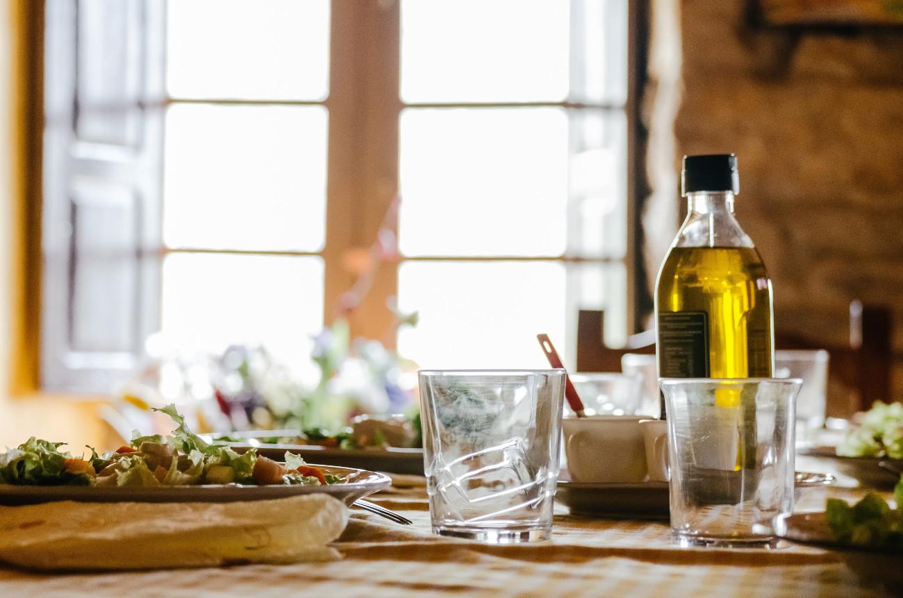 Ελαιόλαδο σε στρωμένο τραπέζι