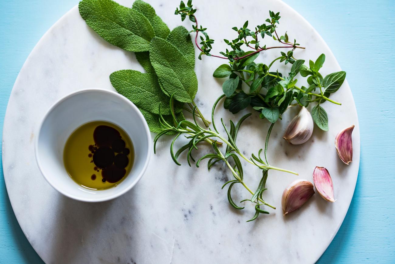 Ελαιόλαδο, βότανα, σκόρδο
