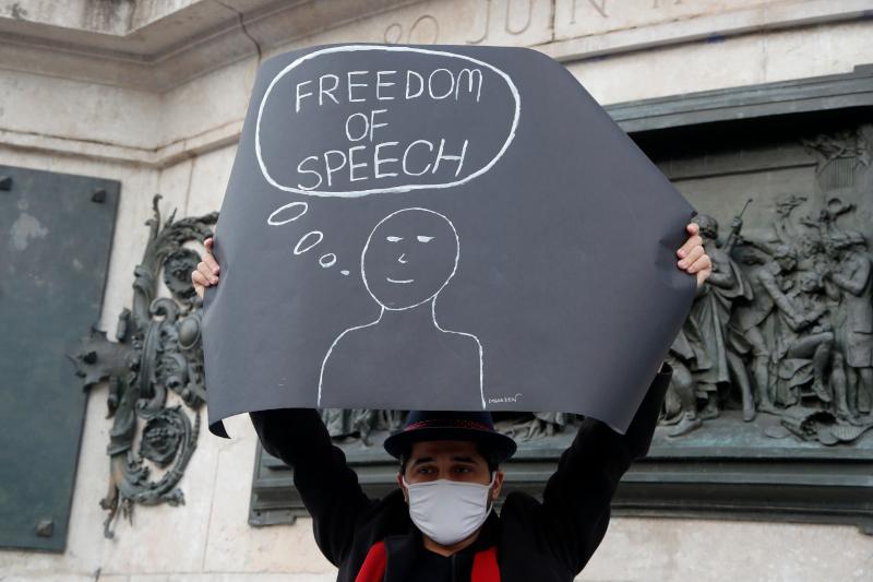 «Ελευθερία του λόγου», γράφει το πλακάτ