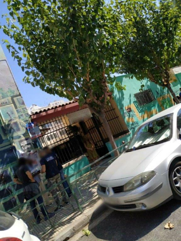 Αστυνομικοί κάνουν ελέγχους έξω από σχολείο για ναρκωτικά