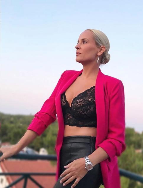 Η Έλενα Ασημακοπούλου με μαύρο δαντελωτό τοπ και φούξια σακάκι