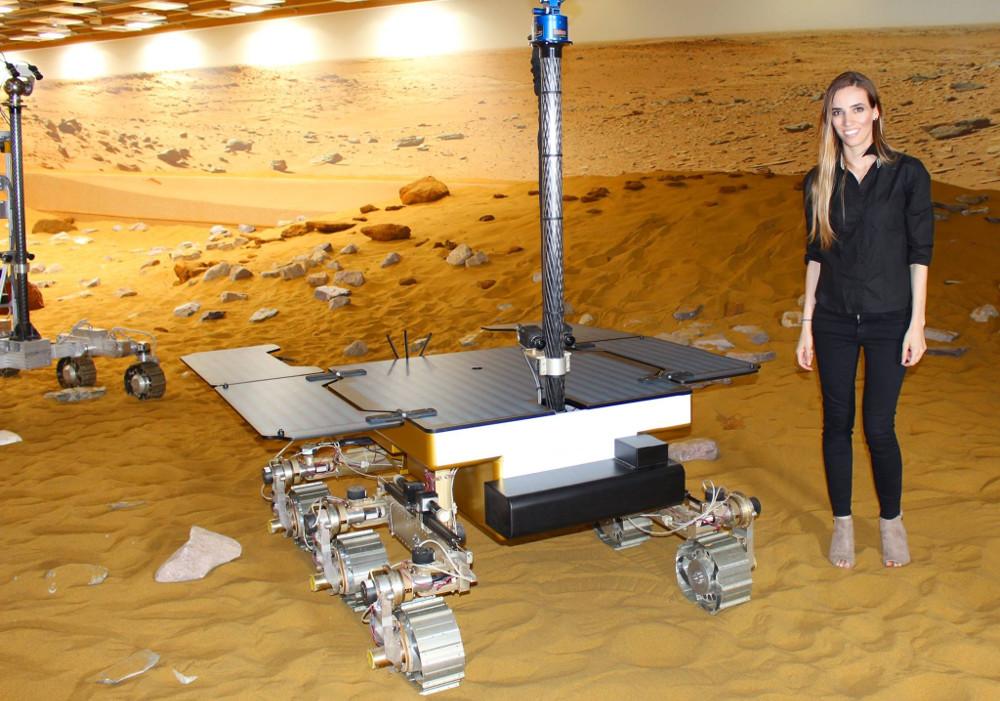 Η Ελένη Αντωνιάδου σε μια φωτογραφία της με ρομπότ της NASA