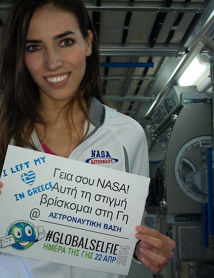Μια ακόμη φωτογραφία της Ελένης Αντωνιάδου με μπλούζα με το λογότυπο της NASA