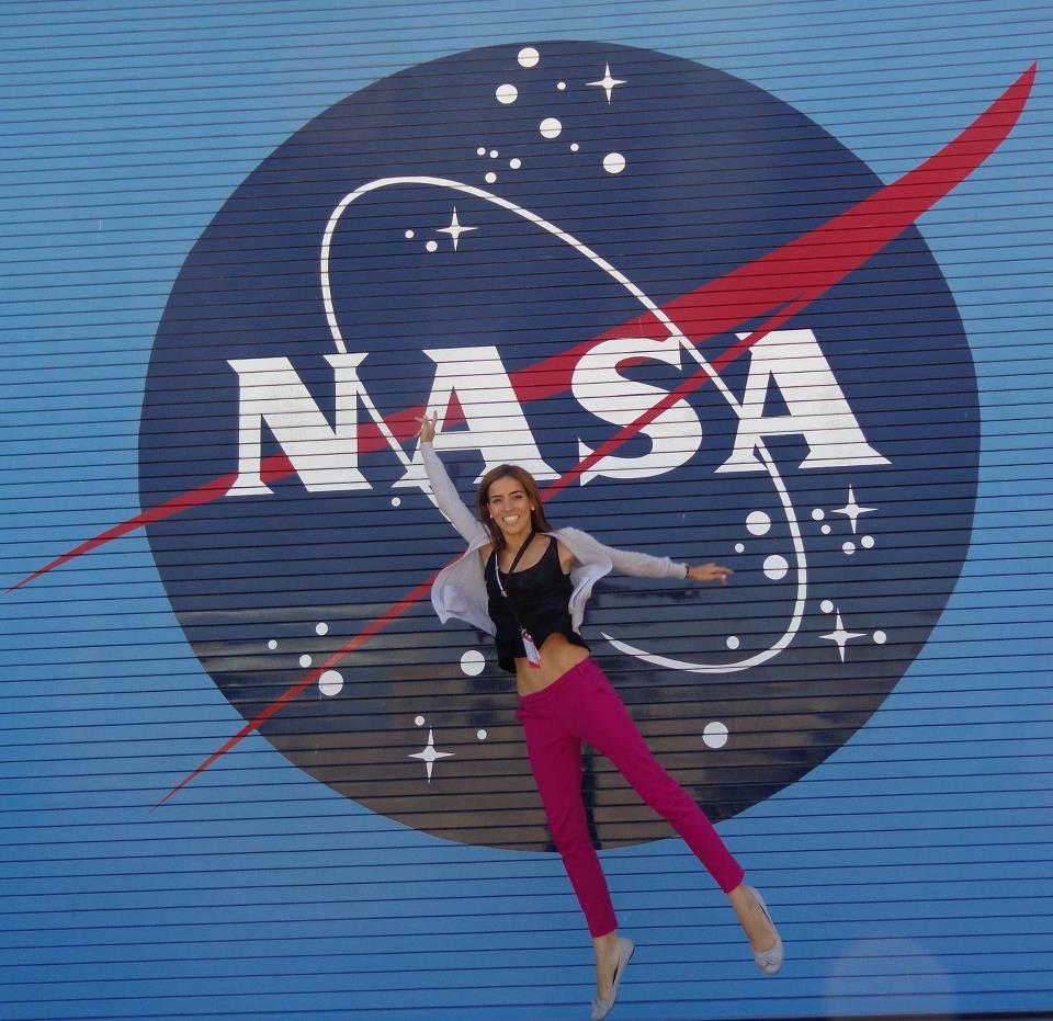 Η Ελένη Αντωνιάδου μπροστά στο λογότυπο της αμερικανικής υπηρεσίας διαστήματος NASA
