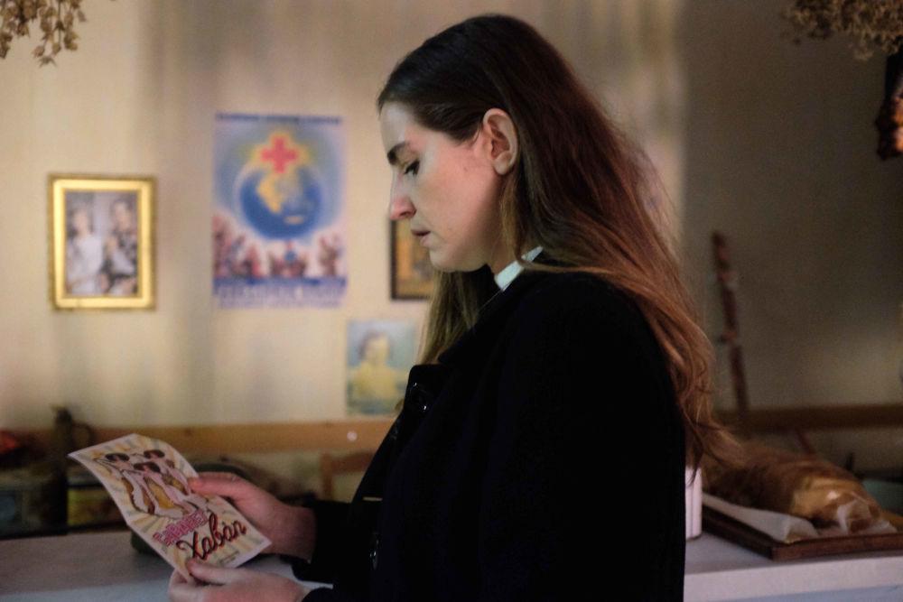 Η Ελένη βρίσκει ένα φυλλάδιο που την κάνει να φύγει για την Αθήνα
