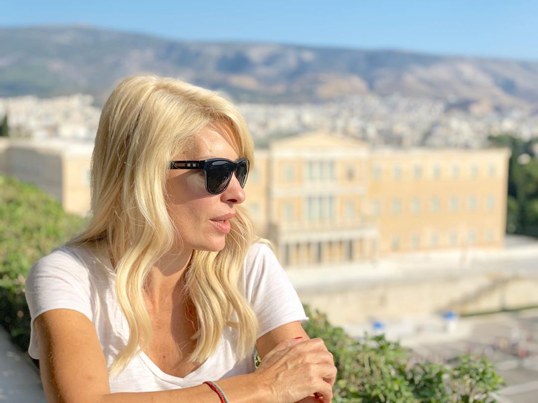 Η Ελένη Μενεγάκη με φόντο την ελληνική βουλή