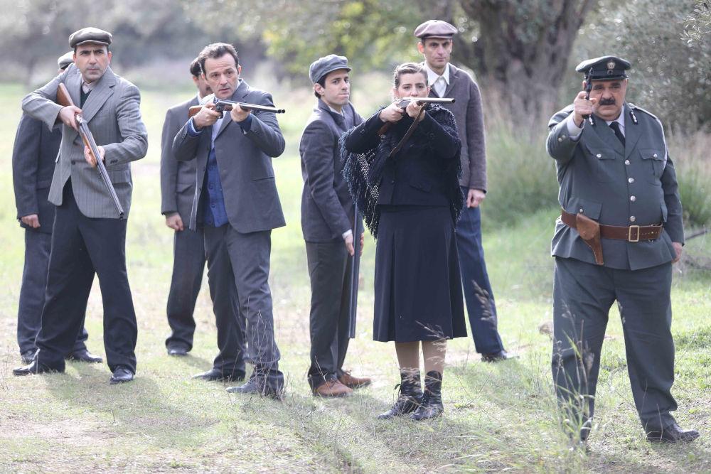 Η Ελένη με τον Προύσαλη και άλλους χωριανούς σώζουν τον Κυπραίο στη συνέχεια της σειράς «Άγριες Μέλισσες»