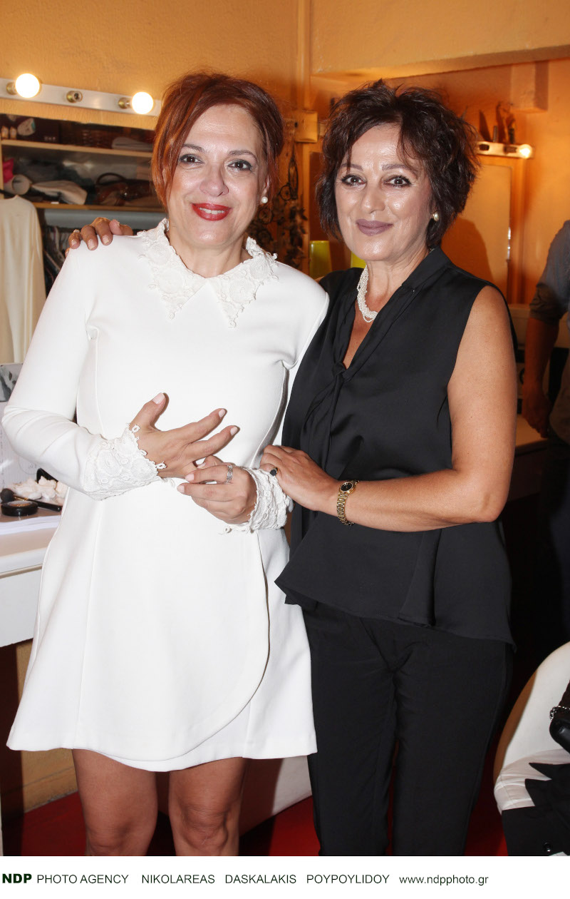 Η Ελένη Ράντου φωτογραφίζεται μαζί με την αδελφή της, Ιωάννα στην πρεμιέρα της παράστασης, «Τζάσμιν» / Φωτογραφία: NDP
