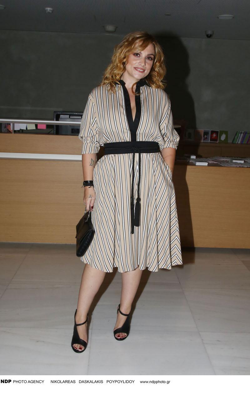Η Ελεωνόρα Ζουγανέλη με ριγέ φόρεμα