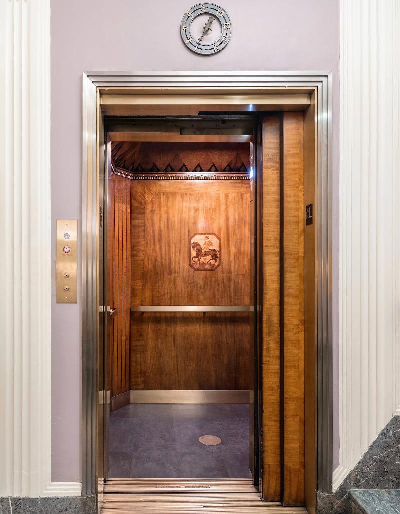 Ο ιδιωτικός ανελκυστήρας που οδηγεί στο διαμέρισμα