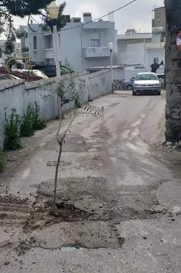 Αυτοκίνητο σε επαρχιακό δρόμο με λακκούβες