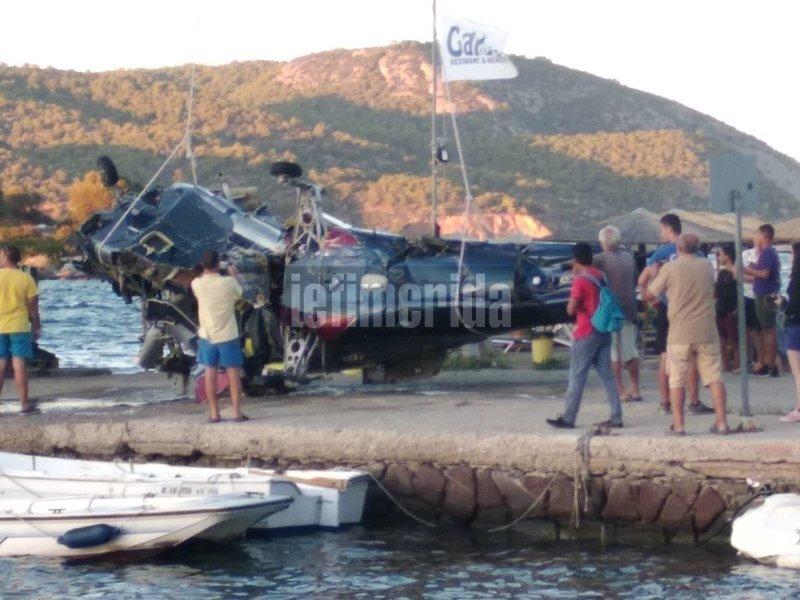 Στραπατσαρισμένο το ελικόπτερο ανελκύθηκε στην αποβάθρα στο Γαλατά