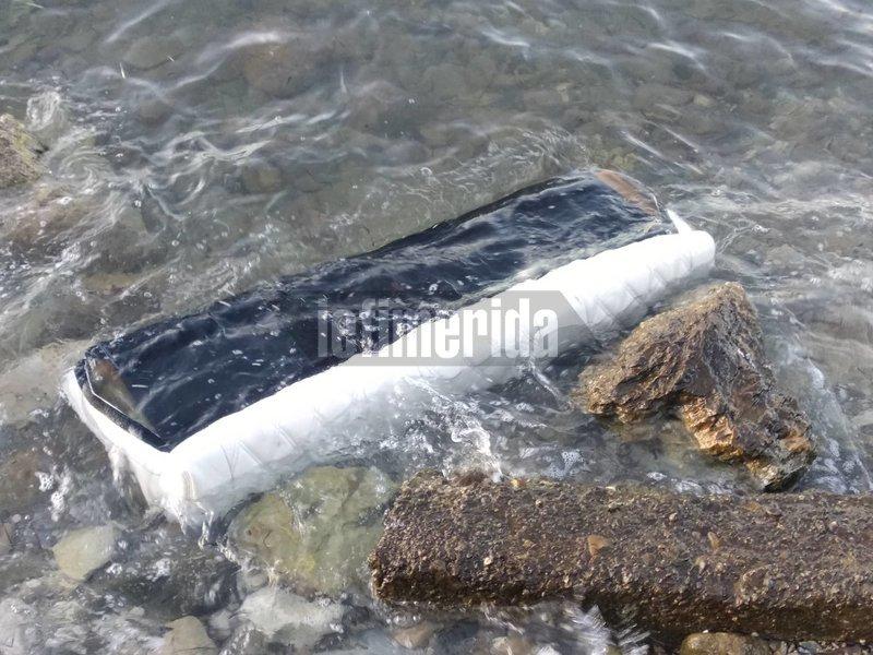Κομμάτι από το εσωτερικό του ελικοπτέρου που το ξέβρασε η θάλασσα