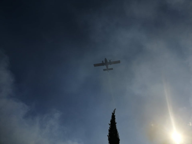 Ισχυρές δυνάμεις της πυροσβεστικής επιχειρούν για την κατάσβεση της πυρκαγιάς / Φωτογραφία: ermisnews.gr