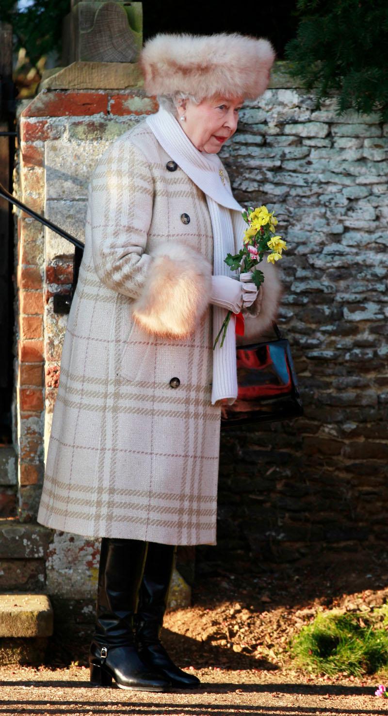 Η βασίλισσα θα συνεχίσει να φορά γούνες, αλλά δεν θα είναι από αληθινό δέρμα ζώου
