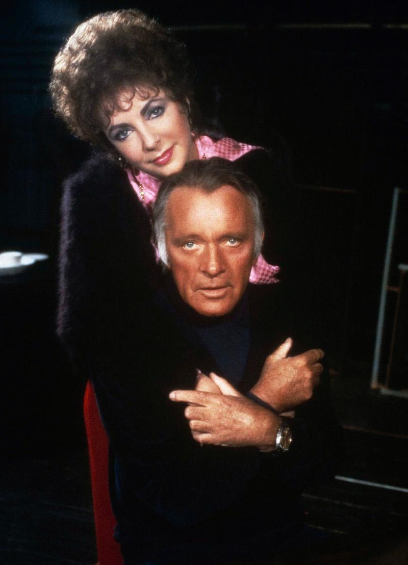 Η Ελίζαμπεθ Τέιλορ και ο Ρίτσαρντ Μπάρτον ποζάρουν αγκαλιασμένοι το 1983