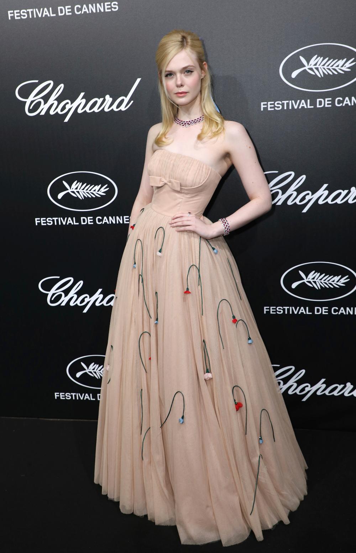 Το στενό αέρινο φόρεμα της Ελ Φάνινγκ φαίνεται πως προκάλεσε το λιποθυμικό επεισόδιο της 21χρονης στις Κάννες