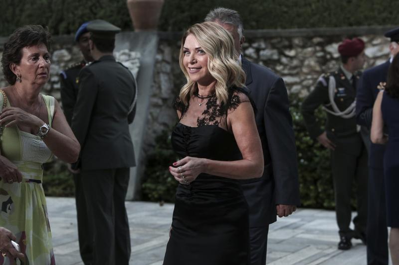 Η Ελλη Στάη με μαύρο φόρεμα
