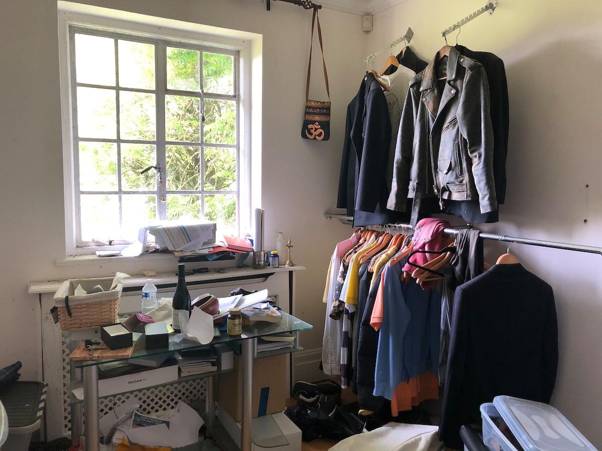 Η οικογένεια εγκατέλειψε τόσο ξαφνικά την κατοικία, που τα πανάκριβα ρούχα διάσημων σχεδιαστών παραμένουν στις ράγες