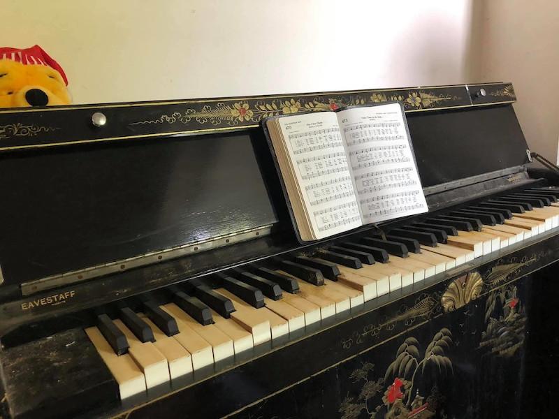 Το πιάνο της οικογένειας με την παρτιτούρα να παραμένει ανοιχτή