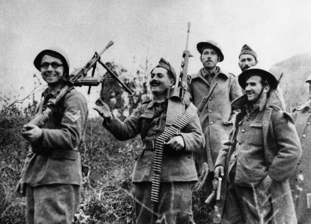 Έλληνες στρατιώτες αστειεύονται κρατώντας κράνη και όπλα των Ιταλών στο Τεπελένι