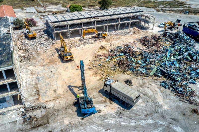 Εργάτες και μηχανήματα πήραν θέση στο πρώην αεροδρόμιο και ξεκίνησαν τις διαδικασίες κατεδάφισης