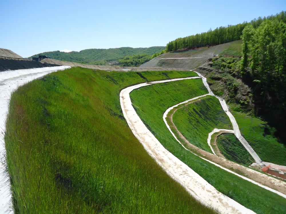 Υδροσπορά: Μία από τις εργασίες που πραγματοποιήθηκαν με σκοπό την εξυγίανση της γης και την επαναφορά στην αρχική της κατάσταση