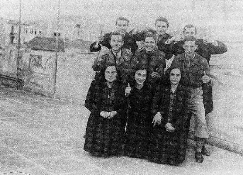 Φωτογραφία από το βιβλίο του Ευάνθη Χατζηβασιλείου (1944). Ελληνόπαιδες του Σουίνγκ σε ταράτσα όπου και γίνονταν πάρτι.