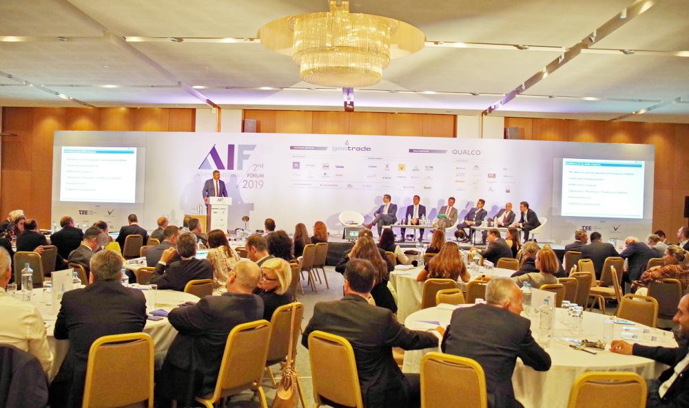 """Στιγμιότυπο από την κατάμεστη αίθουσα που φιλοξένησε το """"Athens Investment Forum 2019"""", κατά τη διάρκεια της ομιλίας του Διευθύνοντος Συμβούλου της ΕΛΠΕ κ. Ανδρέα Σιάμισιη. Στο πάνελ διακρίνονται ο Διευθύνων Σύμβουλος της ΔΕΠΑ, κ. Κωνσταντίνος Ξιφαράς, ο Διευθύνων Σύμβουλος της ENERGEAN OIL & GAS κ. Μαθιός Ρήγας, ο Πρόεδρος και Διευθύνων Σύμβουλος του ΑΔΜΗΕ κ. Μάνος Μανουσάκης, ο Ανώτατος Εκτελεστικός Διευθυντής του ΔΕΣΦΑ κ. Nicola Battilana, ο Γενικός Διευθυντής της GASTRADE κ. Κωνσταντίνος Σιφναίος και ο συντονιστής της συζήτησης, δημοσιογράφος Χρήστος Κολώνας."""