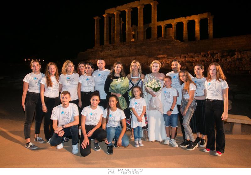 Η Μαίρη Κατράντζου, η Μαριάννα Βαρδινογιάννη και τα παιδιά του Συλλόγου Ελπίδα, με φόντο το ναό του Ποσειδώνα στο Σούνιο