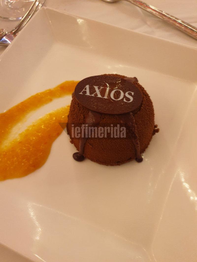 Τα γλυκά έγραφαν  «AXIOS»