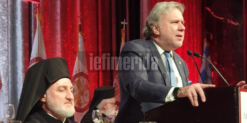 Ο νέος Αρχιεπίσκοπος παρακολουθεί τον χαιρετισμό  του Γιώργου Κατρούγκαλου