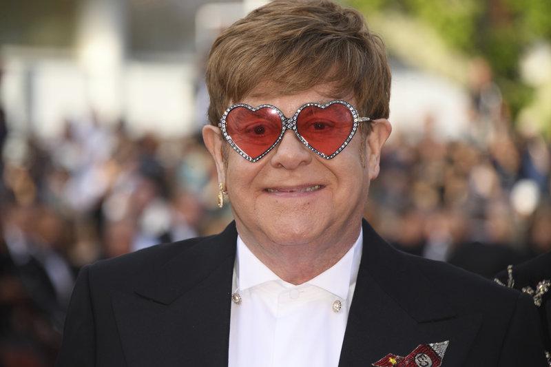 Ο Ελτον Τζον με τα γυαλιά με στρας, χωρίς παπιγιόν στις Κάννες-