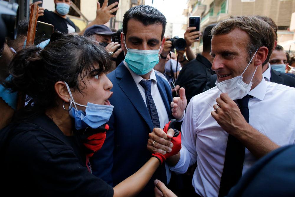 Γυναίκα συνομιλεί με τον Γάλλο πρόεδρο, Εμανουέλ Μακρόν, στον Λίβανο