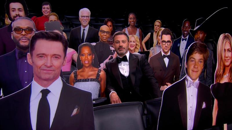 Στην φετινή τελετή των βραβείων Emmy δεν υπήρχε κοινό και ο Τζίμι Κίμελ - για να μην νιώθει μόνος - έβαλε μερικά ολόσωμα cardboard διάσημων ηθοποιών