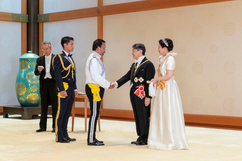 Η αυτοκράτειρα Μασάκο της Ιαπωνίας υποδέχεται με τον σύζυγό της τους καλεσμένους τους