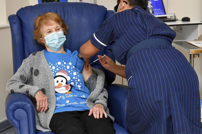 Η 90χρονη Κέιναν -Ο πρώτος άνθρωπος που έκανε το εμβόλιο του κορωνοϊού