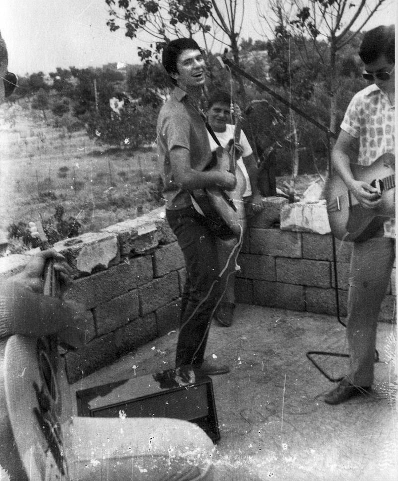 Ένα από τα πρώτα γκρουπ σε πρόβα στα Μελίσσια. Οι νεαροί έχουν αγοράσει «ακουστικές» ή «ξύλινες» κιθάρες και τις έχουν  σε ηλεκτρικές με μαγνήτες. Αρχείο Μ.Νταλούκα.