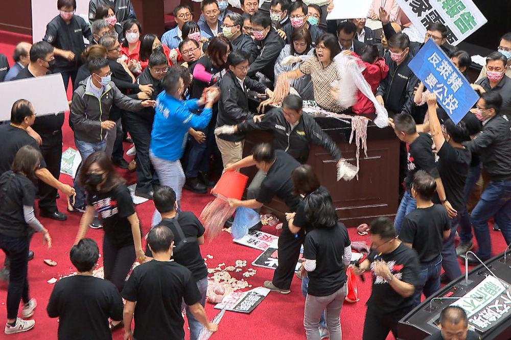 Πέταξαν εντόσια γουρουνιών στο κοινοβούλιο της Ταϊβάν
