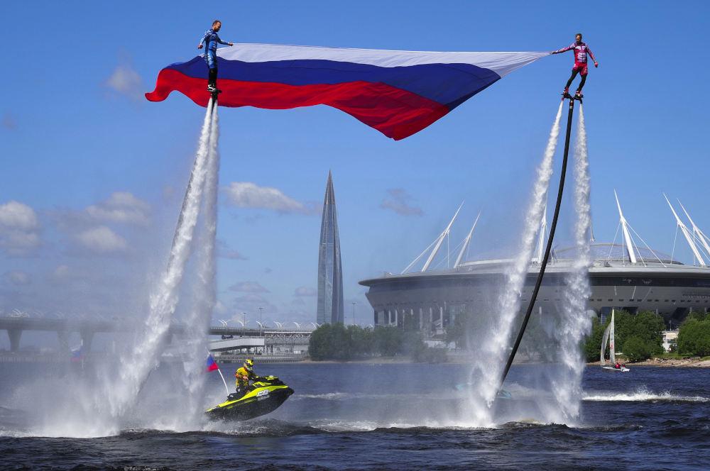 Δυο άνδρες κρατούν την εθνική σημαία στα πλαίσια της ημέρας της Ρωσίας