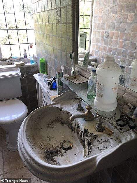 Όλα τα προϊόντα προσωπικής υγιεινής παραμένουν στο σκονισμένο μπάνιο της οικογένειας Ελλήνων